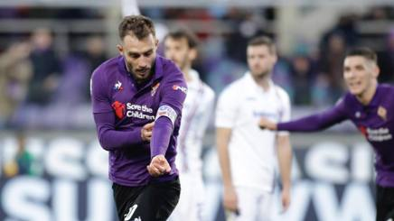 Pezzella esulta per il gol del 3-3 togliendosi la fascia in ricordo di Davide Astori. Getty