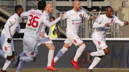 Il Padova festeggia uno dei gol di Mbakogu. Lapresse