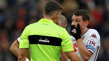 L'arbitro Giacomelli e l'attaccante del Torino Belotti a colloquio: il granata chiede il rigore. Getty