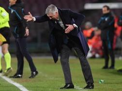 Carlo Ancelotti si agita sulla panchina del Napoli. Getty