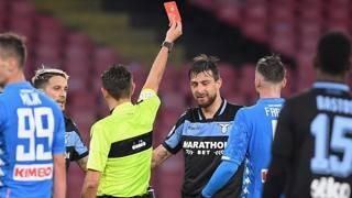 L'arbitro Rocchi espelle Francesco Acerbi, 30 anni, in Napoli-Lazio. Getty