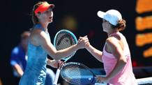Il saluto tra Sharapova e Barty. GETTY