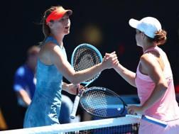 Il saluto tra Sharapova e Barty. GETTY
