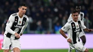 Cristiano Ronaldo, 33 anni, con paulo Dybala