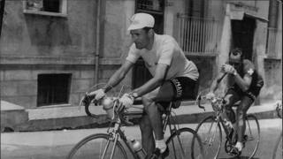 Giro d'Italia 1954: Giuseppe Minardi elegantissimo in sella, alle sue spalle Koblet