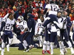 I New England Patriots festeggiano il successo all'overtime. Afp