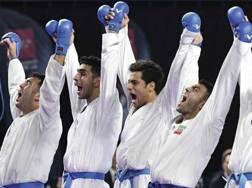 Il team iraniano esulta dopo la vittoria del titolo mondiale: è il terzo consecutivo
