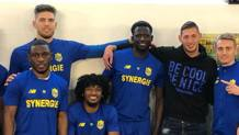Emiliano Sala, 28 anni, in felpa nera posa con i compagni del Nantes prima di partire per il Galles