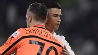 Stefano Sorrentino, 39 anni, abbraccia Cristiano Ronaldo, 33, dopo avergli parato il rigore. Lapresse