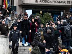Cristiano Ronaldo e Georgina, mano nella mano, arrivano in tribunale davanti a decine di fotografi. Afp
