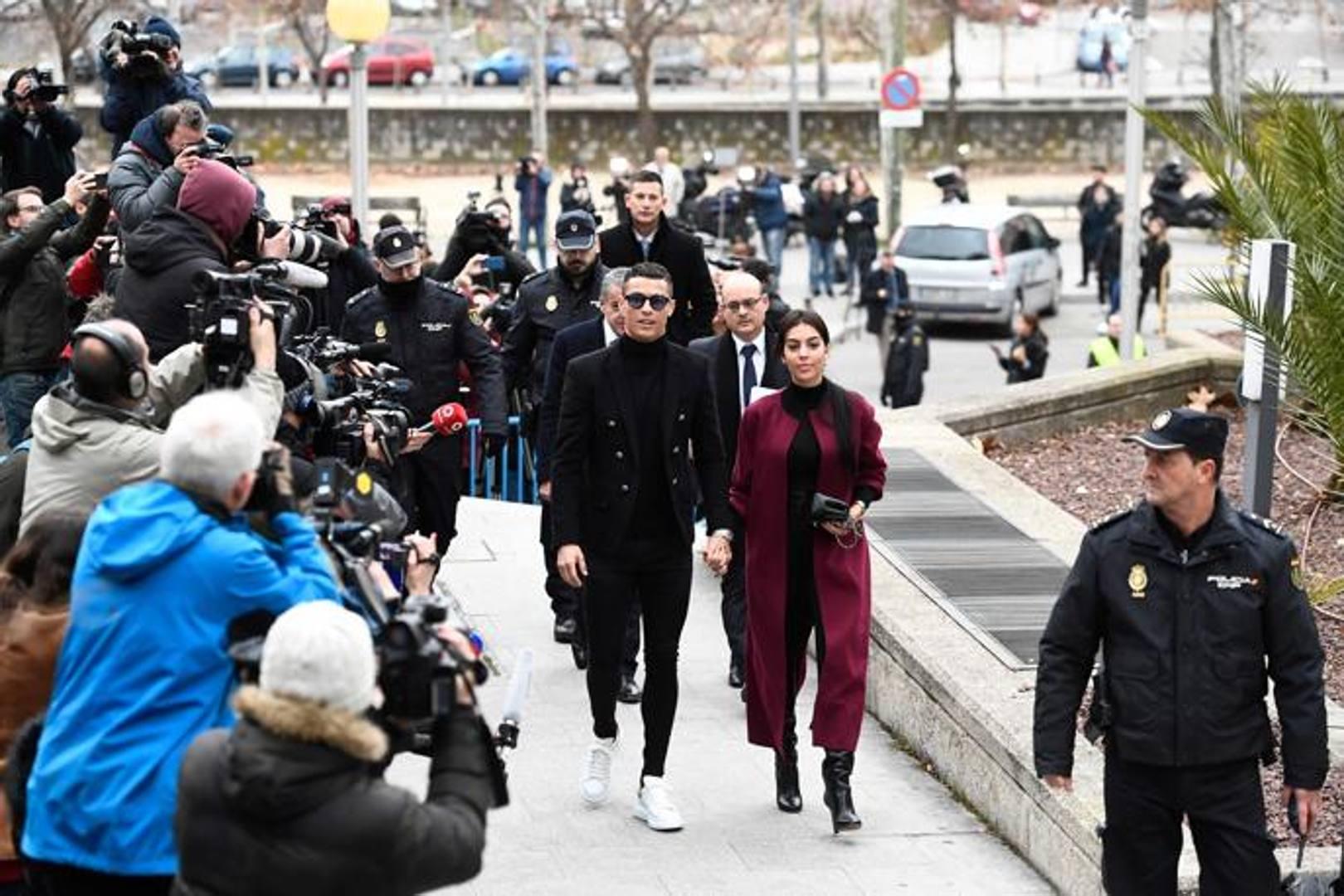 Madrid, Cristiano Ronaldo e Georgina Rodriguez al momento dell'arrivo in tribunale, AFP