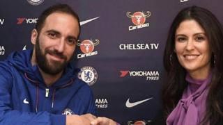 Il Pipita Gonzalo Higuain, 31 anni, stringe la mano di Marina Granovskaia, direttrice del Chelsea
