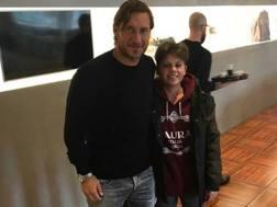 Michele Fiscaletti, 18 anni, incontra il suo mito a Trigoria, Francesco Totti. Instagram