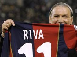 Gigi Riva con la maglia celebrativa del Cagliari. Afp