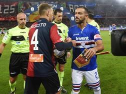 Domenico Criscito e Fabio Quagliarella scambiano i gagliardetti prima del derby di Genoa. LAPRESSE