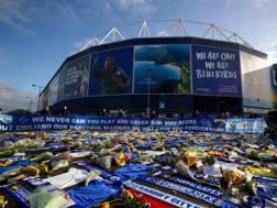 Sciarpe, maglie e fiori all'esterno dello stadio del Cardiff, in ricordo di Emiliano Sala. Afp
