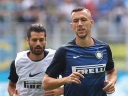 Antonio Candreva e Ivan Perisic, esterni d'attacco dell'Inter. GETTY