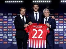 Andrea Berta, direttore sportivo, Alvaro Morata e Enrique Cerezo, presidente dell'Atletico Madrid. GETTY