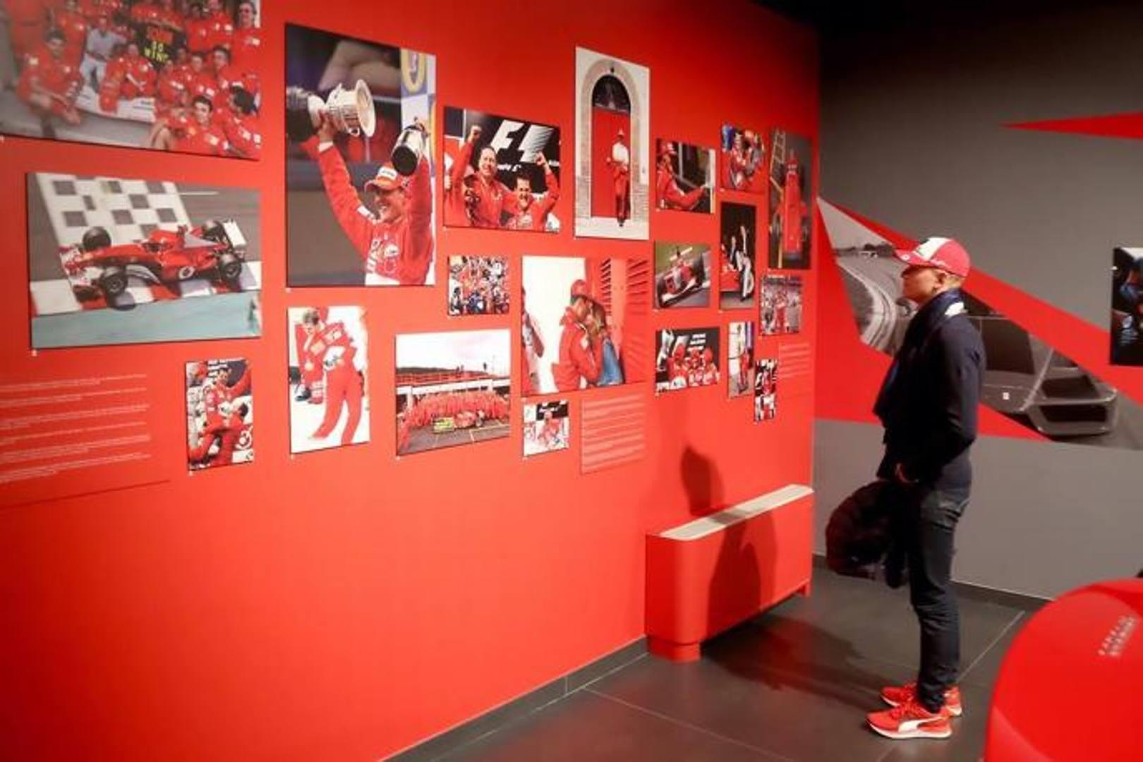 Mick Schumacher ha visitato la mostra Michael50 al Museo Ferrari di Modena, dedicata ai 50 anni di papà Michael, 5 volte campione del mondo con la Ferrari. Eccolo mentre guarda le foto dei trionfi del padre