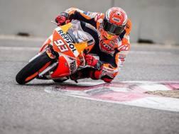 Marc Marquez in azione sulla pista di Alcarras
