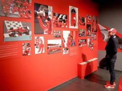 Mick Schumacher davanti alle foto della mostra Michael50 dedicata al papà al Museo Ferrari