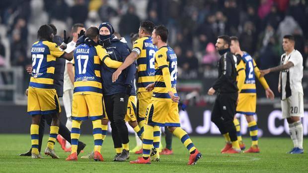 Il Parma festeggia l'impresa all'Allianz Stadium. Ansa