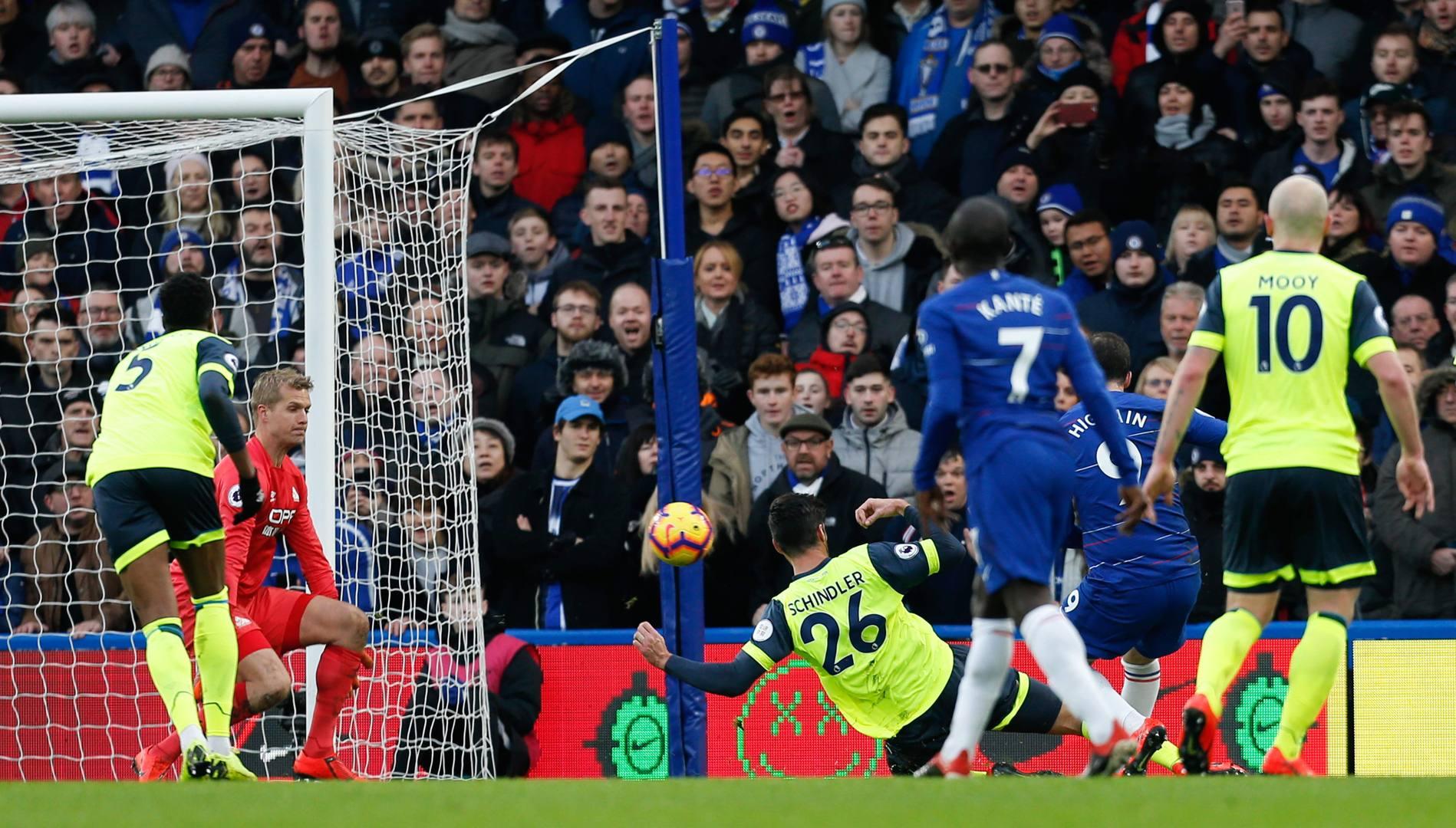 Il destro sul primo palo con cui Gonzalo Higuain ha segnato il gol del vantaggio contro l'Huddersfield. Afp