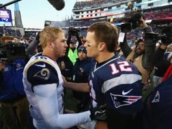 Jared Goff dei Rams saluta Tom Brady nel 2016.  Afp
