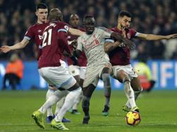 Sadio Mané stretto nella morsa dei giocatori del West Ham. Ap