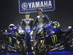 Rossi (a destra) e Viñales con la nuova Yamaha MotoGP. Ap