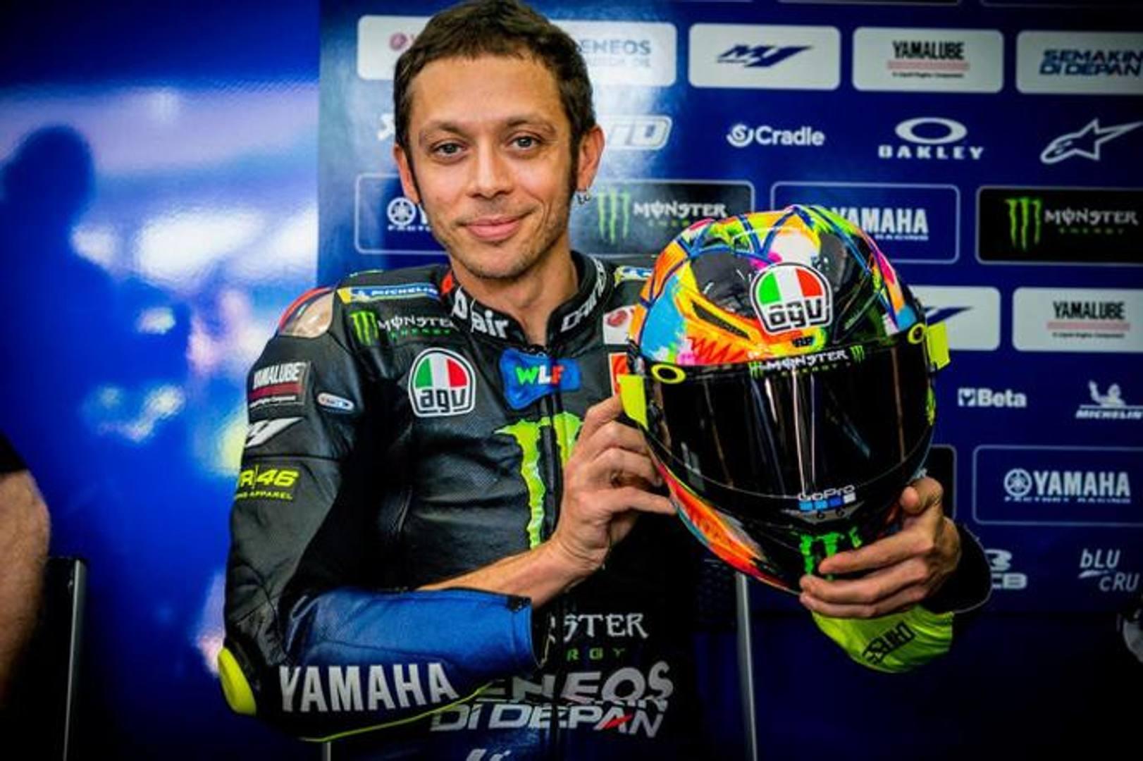 Rossi ha mostrato il nuovo casco, disegnato da Aldo Drudi per i test invernali: la particolarità è che è disegnato a mano, una sorta di dipinto applicato alla calotta