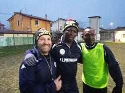 Umberto Casellato, a sinistra, con due giocatori del Porto Alegre