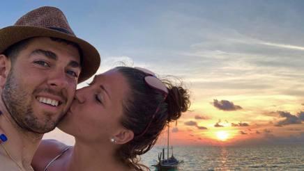 Federico Pellegrino durante una vacanza al mare con la fidanzata Greta Laurent