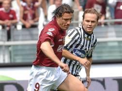 L'ex Roberto Muzzi in azione con la maglia granata. Ansa