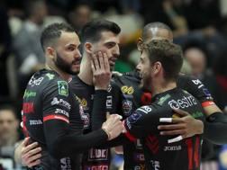 L'esultanza dei giocatori di Civitanova per la vittoria su Trento. Legavolley