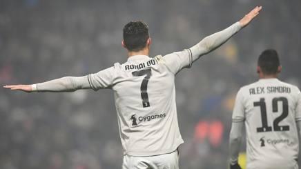 Cristiano Ronaldo fa l'aeroplano dopo il gol al Sassuolo. Lapresse