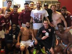 Lorenzo De Silvestri, 30 anni, con la maglia celebrativa per le sue 300 presenze in Serie A regalatagli dai compagni