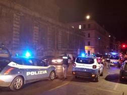 La polizia e le ambulanze intervenute per la rissa. Ansa