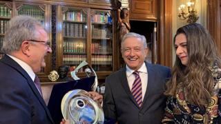 Il presidente mondiale Riccardo Fraccari, il presidente del Messico, Andres Manuel Lopez Obrador e l'ex campionessa di atletica Ana Guevara