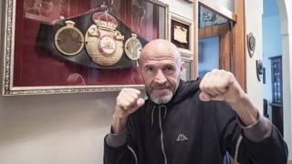 Loris Stecca posa con la cintura di campione del mondo dei supergallo conquistata a Milano nel 1984. (Foto di Patrizio Pietrangeli)