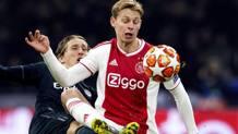 Duello di gioco tra Modric e De Jong. Epa