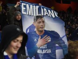 L'omaggio dei tifosi del Cardiff a Emiliano Sala. Epa