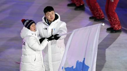 Hawang Chung-kum, hockey donne (Nord) e Won Yun-jong, bob (Sud), portabandiera delle Coree unite ai Giochi 2018 Epa