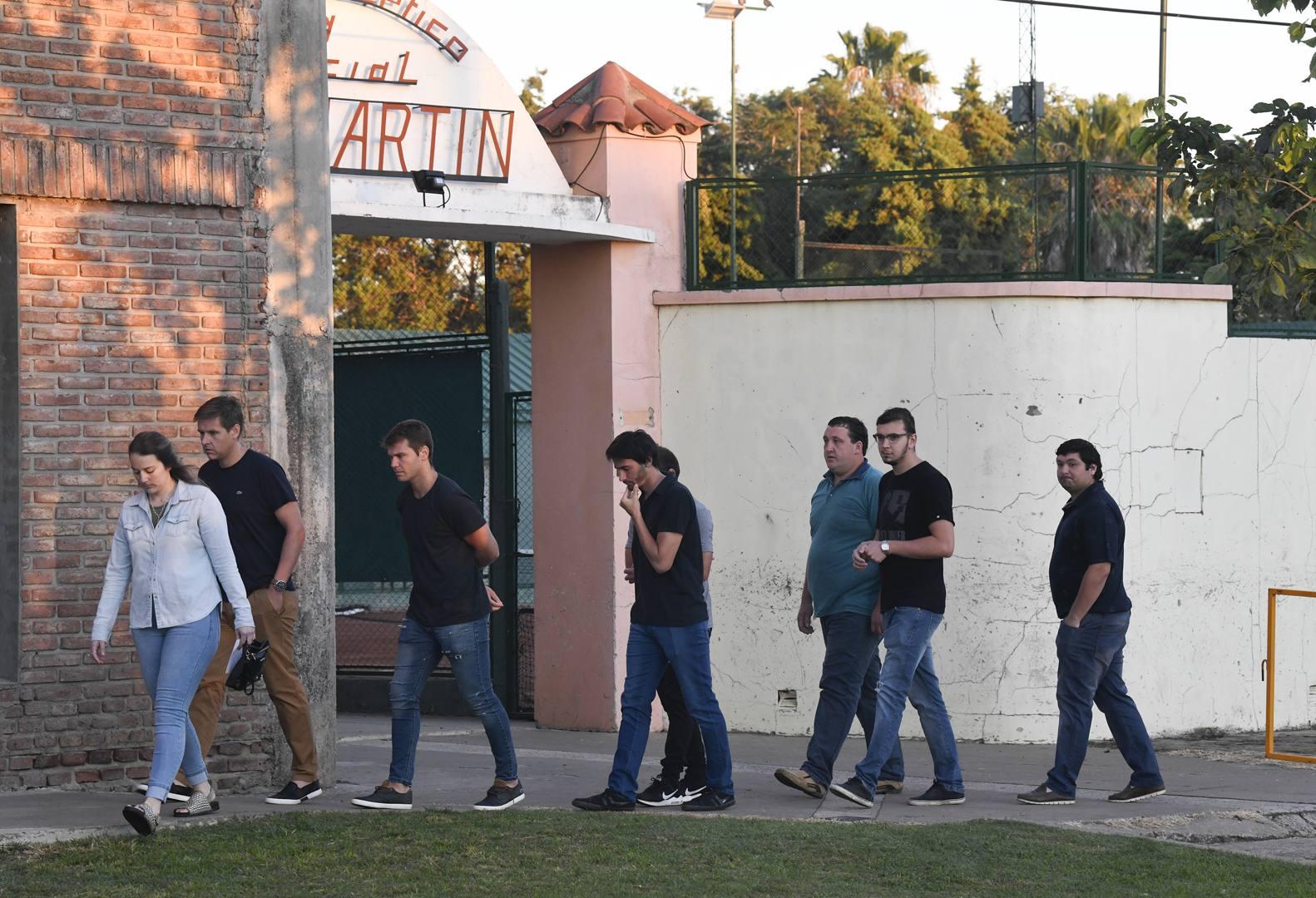Parenti e amici arrivano al centro sportivo del San Martin, la prima squadra di Emiliano Sala, per rendere omaggio alla salma dell'attaccante argentino. Getty