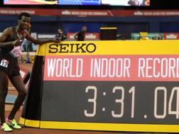 Samuel Tefera, 19 anni, in posa con il crono del record mondiale