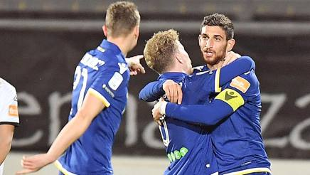 L'abbraccio di Gustafson (Verona) coi compagni dopo il secondo gol allo Spezia. LaPresse