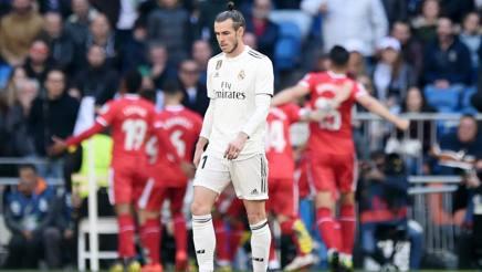 La delusione di Gareth Bale. Sullo sfondo, la festa del Girona. Getty