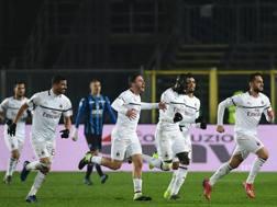 L'esultanza dei giocatori del Milan a Bergamo. Afp