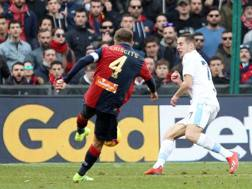 Il tiro di Mimmo Criscito che regala al Genoa la vittoria sulla Lazio. Lapresse