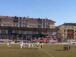 Il malinconico avvio di partita dei pochi giocatori del Pro Piacenza ieri a Cuneo
